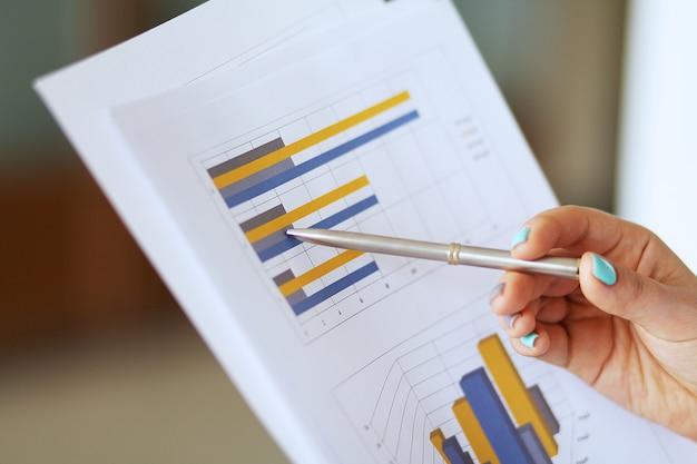 차트가 증가한 비즈니스 문서 프리미엄 사진