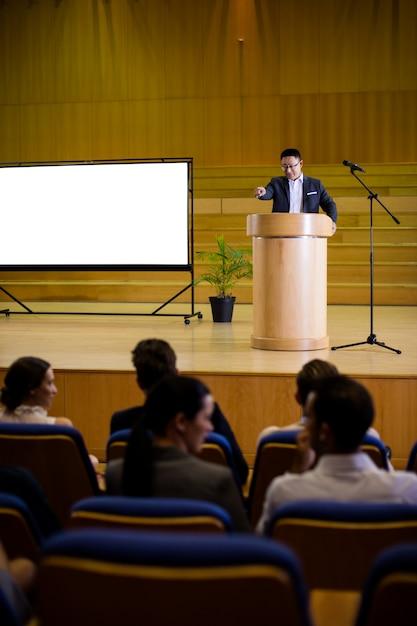 Руководитель бизнеса произносит речь Бесплатные Фотографии