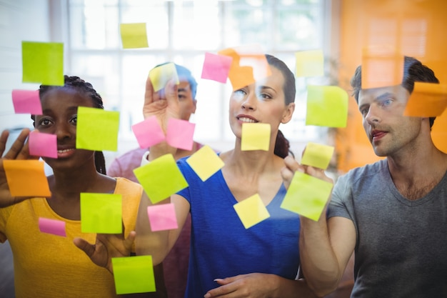 Business executives sticking sticky notes Free Photo