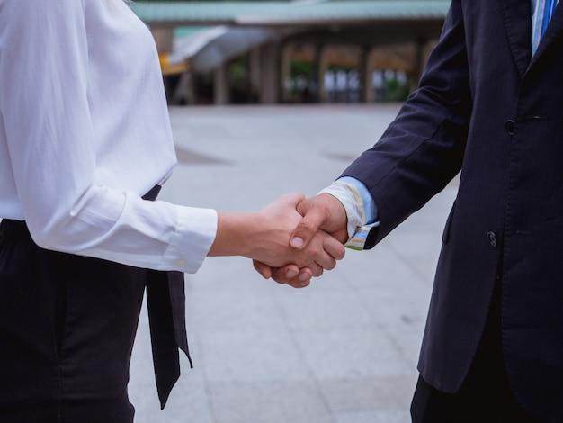 ビジネス握手男性と女性 Premium写真