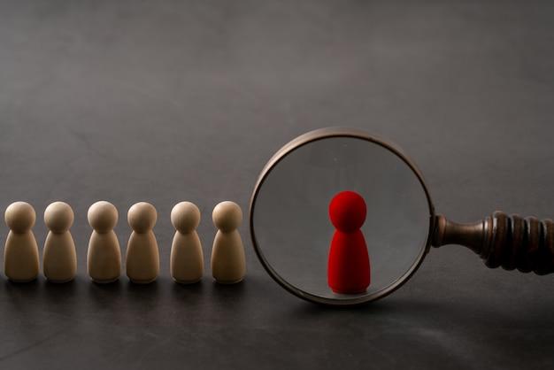 リーダーシップとペグ人形と手のチームのためのビジネス&hrグローバルウッドパズルコンセプト Premium写真