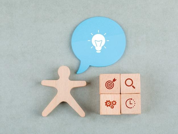 アイコン、メッセージバブル、木製人間図上面と木製のブロックのビジネスアイデアコンセプト。 無料写真