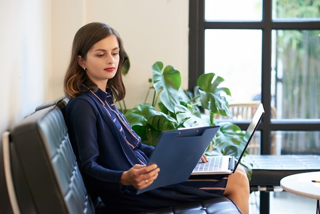 [Image: business-lady-with-laptop-clipboard_1098-21760.jpg]