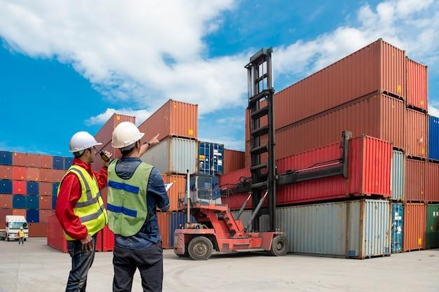 Бизнес-концепция логистики, концепция импорта и экспорта. Premium Фотографии