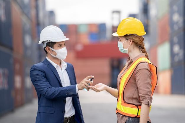 Деловой человек и рабочие фабрики носят медицинскую маску и защитную одежду Premium Фотографии
