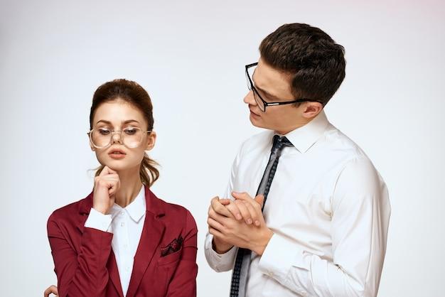 ビジネスマンと女性のオフィス事務局職員のコミュニケーション。高品質の写真 Premium写真