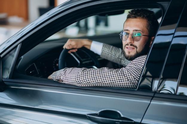 Uomo d'affari alla guida della sua auto Foto Gratuite