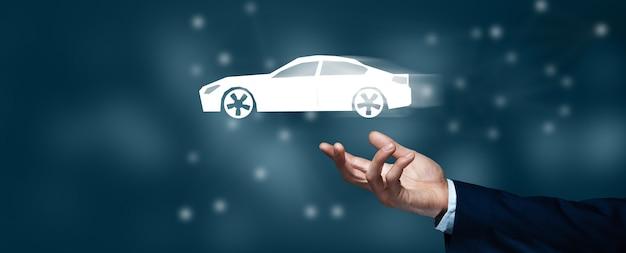 Деловой человек, держащий голографический автомобиль на экране Premium Фотографии