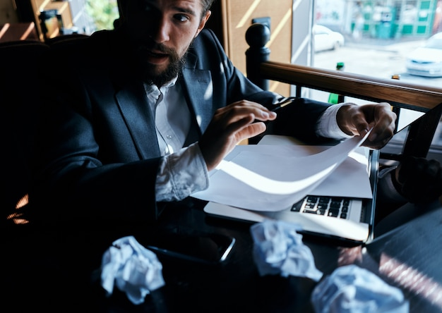 カフェで働くビジネスマン Premium写真
