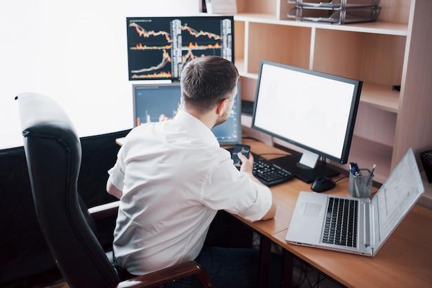 ビジネスマンの投資取引は証券取引所でこの取引を行います。オフィスで働く人々 無料写真