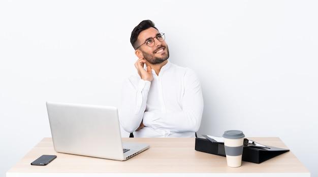 Деловой человек с бородой на изолированной стене Premium Фотографии