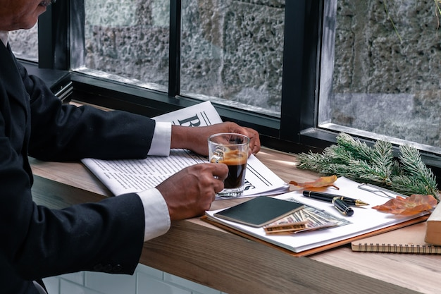 Business manager reading book and drinking coffee. Premium Photo