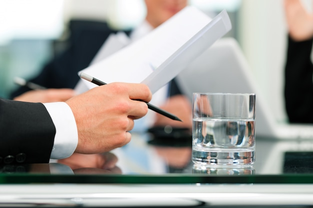 Business meeting with work on contract Premium Photo