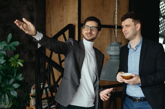 ビジネスの男性の会話、ウィンドウに手を指して 無料写真