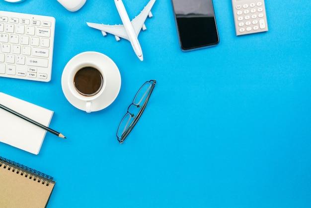 自宅から仕事のビジネスオブジェクトテキストのコピースペース。 Premium写真