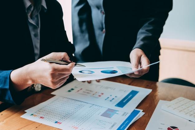 Деловые люди, анализ статистики бизнес-документов, финансовая концепция Premium Фотографии