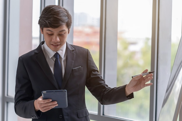 Business people are explaining work in the office Premium Photo