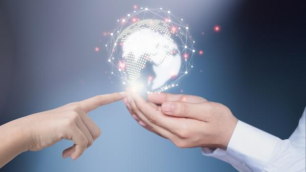ビジネスマンは革新的なテクノロジーを使用しています。ミクストメディア、デジタルコンセプト、そして世界をつなぐ。 Premium写真