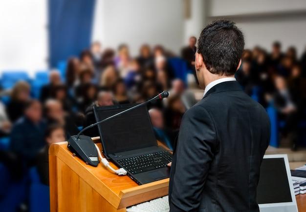 Деловые люди на встрече Premium Фотографии