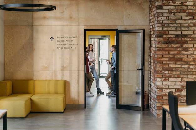 사무실 휴식 시간에 기업들 무료 사진