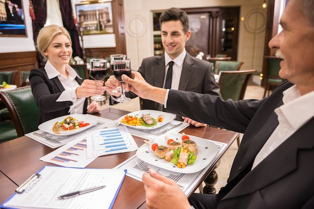 Business people celebrating a great deal agreement. Premium Photo
