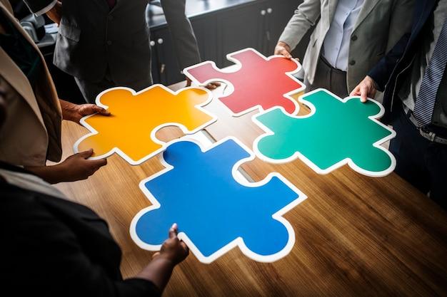 퍼즐 조각을 연결하는 사업 사람들 무료 사진