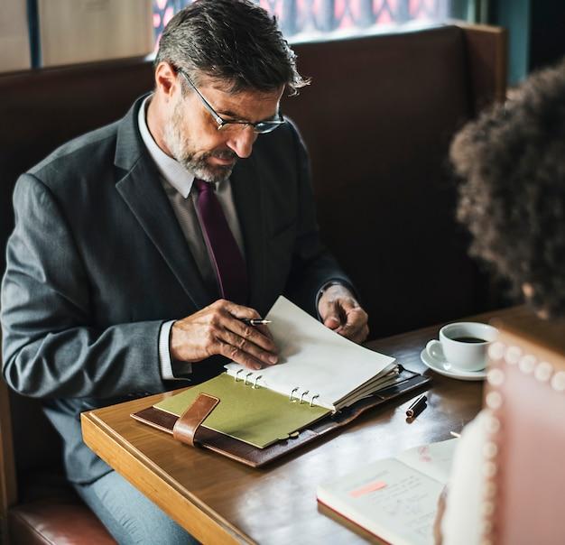 カフェで話し合うビジネスマン 無料写真