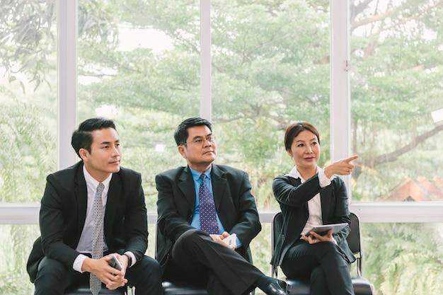 Деловые люди, смотрящие на презентацию о проекте Premium Фотографии