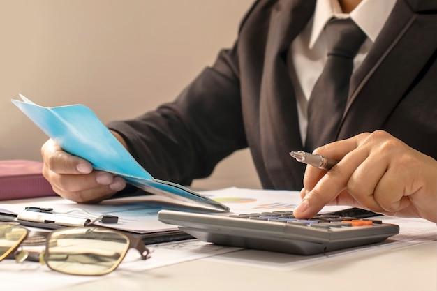 Деловые люди или бухгалтеры, которые проверяют финансовые документы и бухгалтерские книги, работу и финансовые идеи. Premium Фотографии