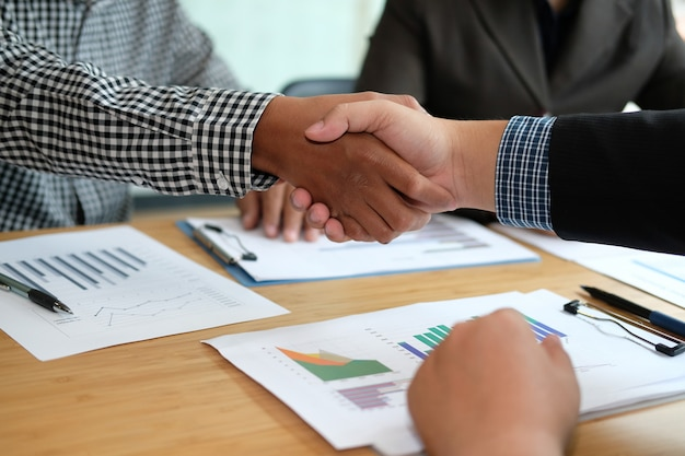 Business people shaking hands after meeting. Premium Photo