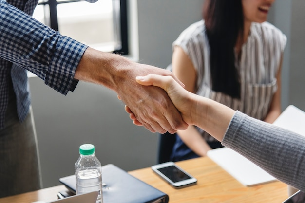 Business people shaking hands in agreement Free Photo
