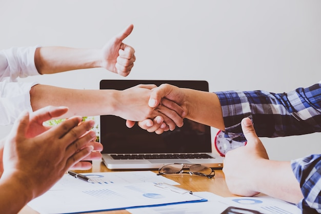 Business people shaking hands, finishing up a meeting Premium Photo