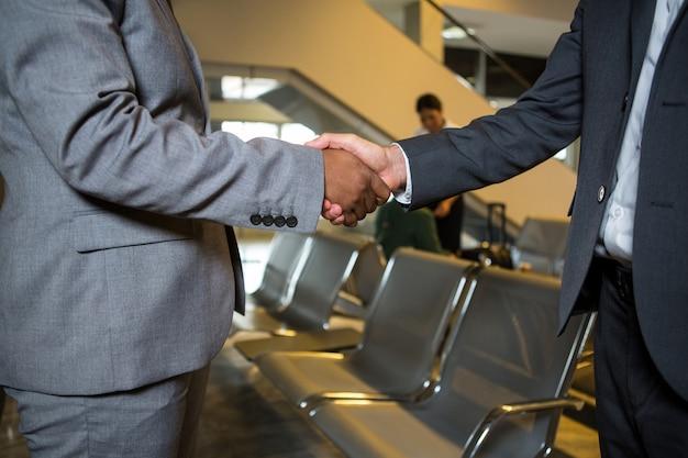 La gente di affari si stringono la mano Foto Gratuite