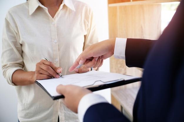Бизнесмены подписывая контракт делая сделку с концепцией агента недвижимости для концепции консультанта и страхования жилья. Premium Фотографии