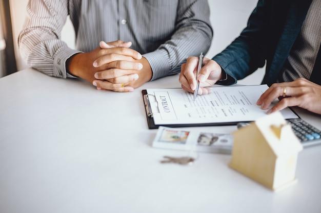 Деловые люди подписывают контракт, заключающий сделку с агентом по недвижимости. концепция консультанта и концепции страхования жилья. Premium Фотографии
