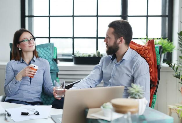 話しているビジネス人々 無料写真