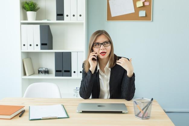 비즈니스, 부동산 중개인 및 사람들이 개념-전화로 얘기하는 사무실에서 붉은 입술을 가진 매력적인 여자 프리미엄 사진