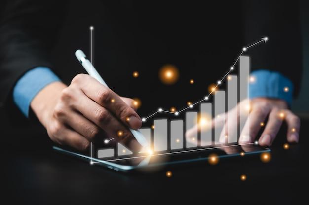 비즈니스 서명 승인 성공적인 개념, 비즈니스 성공을 달성하는 거래를 만드는 계약에 서명하는 비즈니스 남자 프리미엄 사진