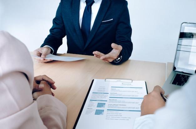 Situazione aziendale, concetto di colloquio di lavoro. il cercatore di lavoro presenta il resume ai manager. Foto Gratuite
