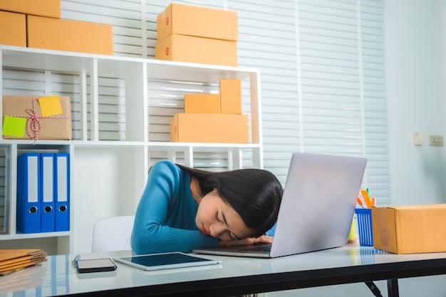 Бизнес мсп азиатская девушка чувствует себя грустно и стресс. Premium Фотографии