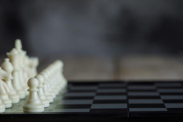 数字の側面図とチェス盤のビジネス戦略コンセプト。 無料写真