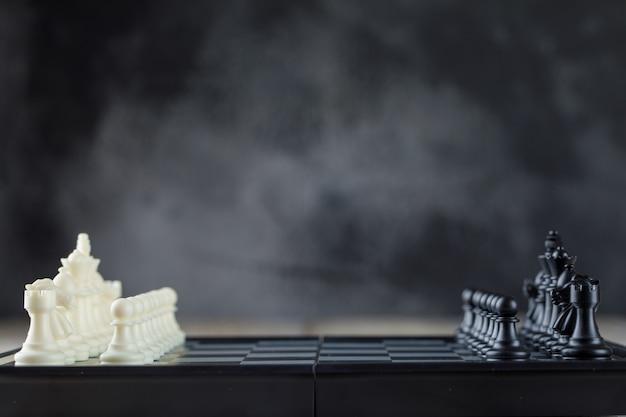 数字とチェス盤のビジネス戦略コンセプト 無料写真