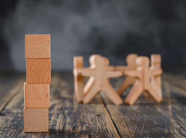 Successo aziendale e concetto di lavoro di squadra con figure in legno di persone, vista laterale di cubi. Foto Gratuite