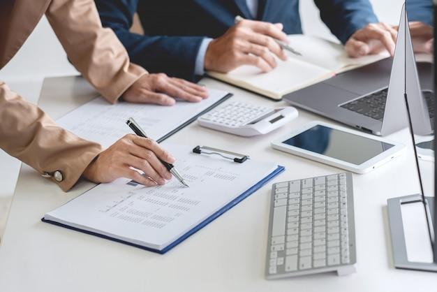 Business team investment entrepreneur trading обсуждает и анализирует данные фондового рынка Premium Фотографии