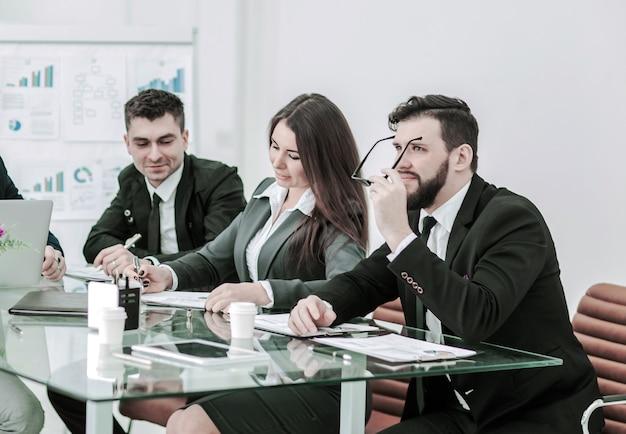 専門家のビジネスチームが新しい金融プロジェクトのプレゼンテーションを準備します Premium写真