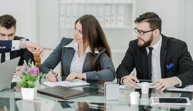 専門家のビジネスチームは、新しい金融プロジェクトのプレゼンテーションを準備します。 Premium写真
