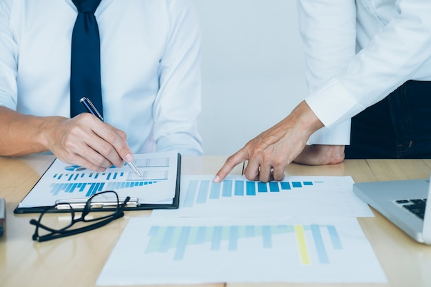 Представляет бизнес-команда. инвестор работает над новым стартовым проектом. финансовое совещание. Бесплатные Фотографии