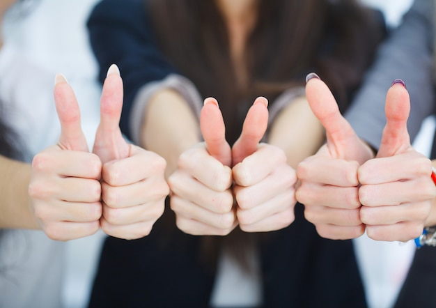 ビジネスチームのオフィスに親指を表示 Premium写真