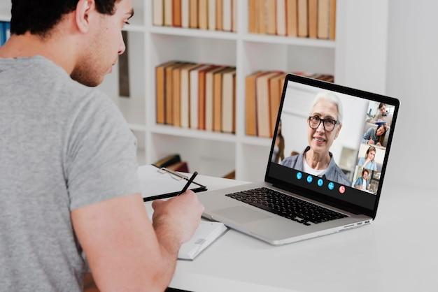 Chat video aziendale sul laptop Foto Gratuite