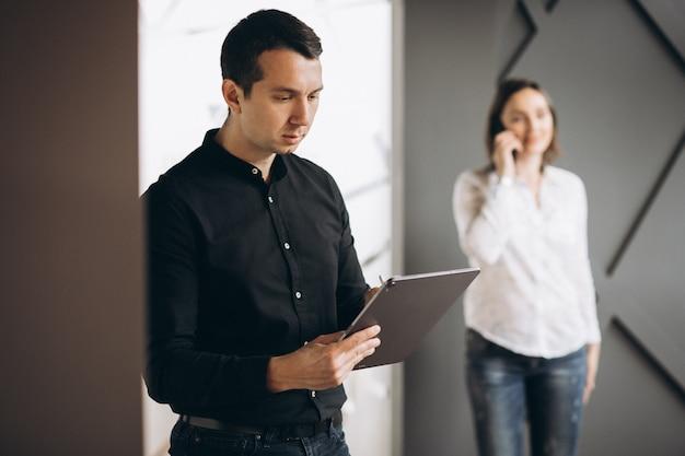 Бизнес женщина и бизнес мужчина коллег, работающих на ноутбуке Бесплатные Фотографии